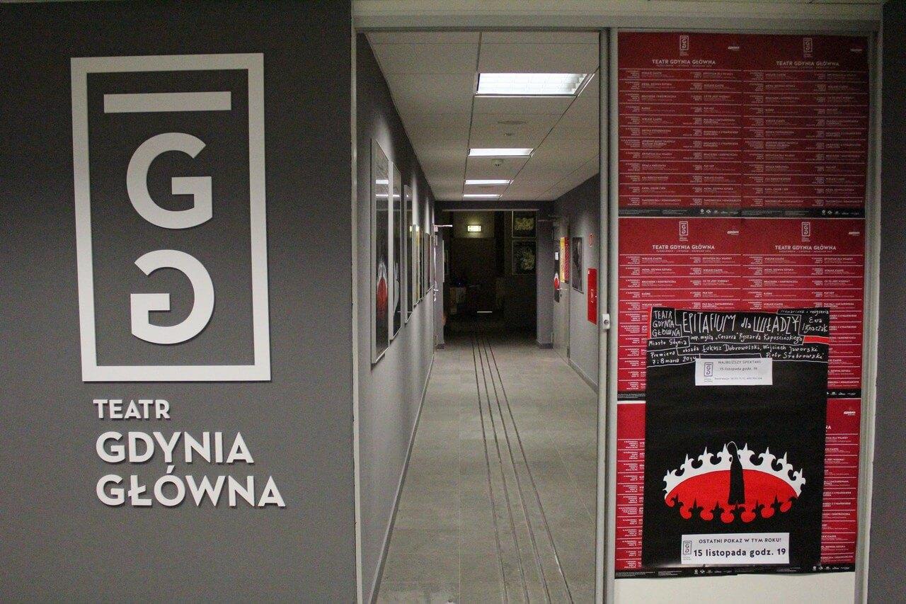 Wejście do teatru. Logotyp, suwane drzwi oraz korytarz.