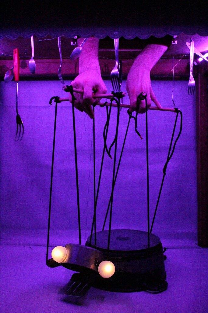 Zdjęcie ze spektaklu Wielkie Ciasto. Przedstawia lalke, marionetkę - zółwia zrobionego z prodiża.