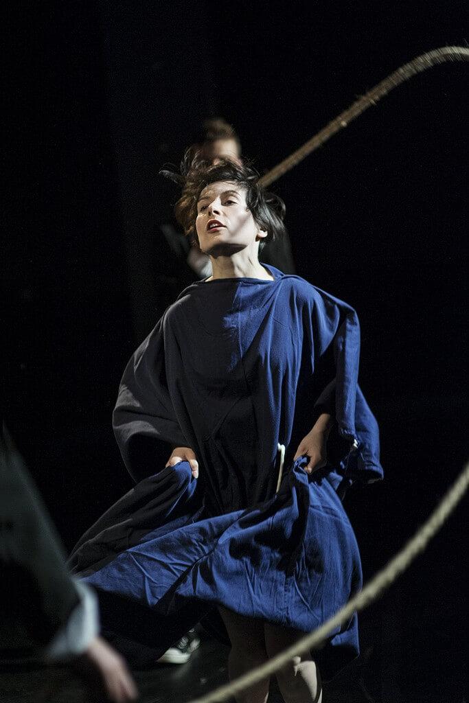 Zdjecie do spektaklu Von Bingen. Aktorka w habicie skacze przez skakankę.