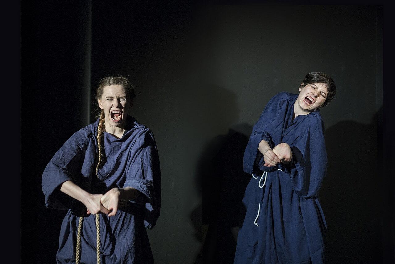 Zdjecie do spektaklu Von Bingen. Przedstawia dwie aktorki w granatowych habitach. Obie krzyczą