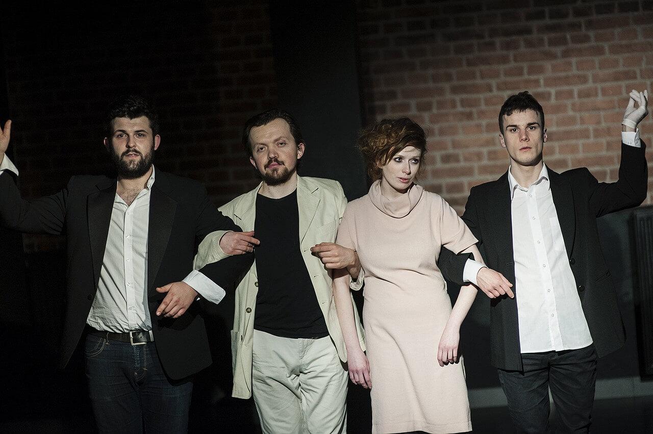 Zdjecie do spektaklu Von Bingen. Czwórka aktorów w rzędzie. Trzymają się pod ręce.