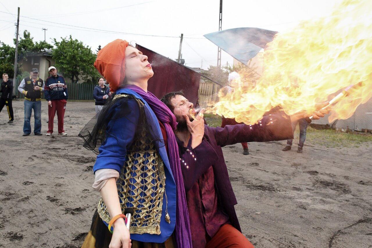 Dwójka aktorów ziejących ogniem.
