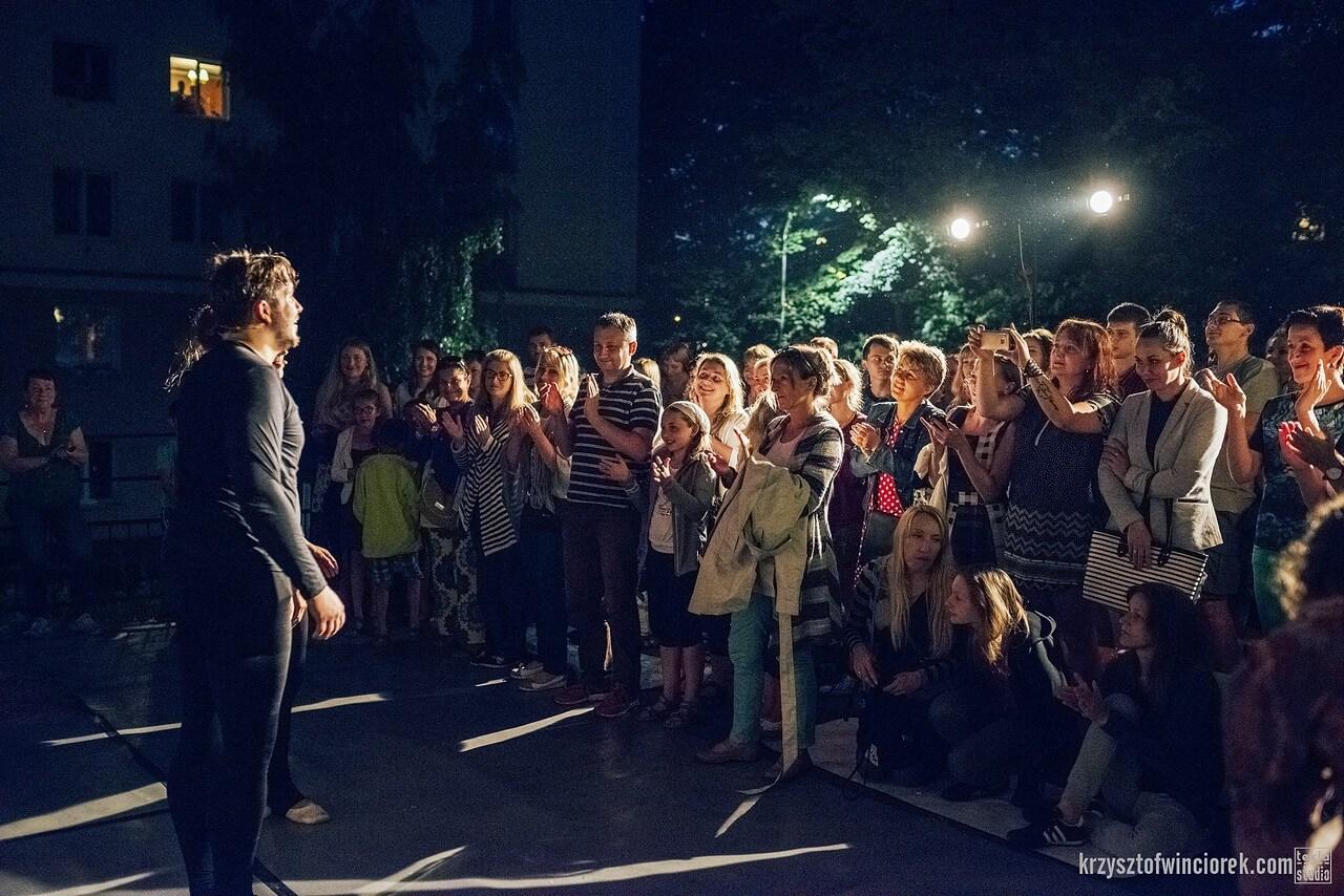 Aktorzy stoja na przeciwko klaszczącej publiczności.