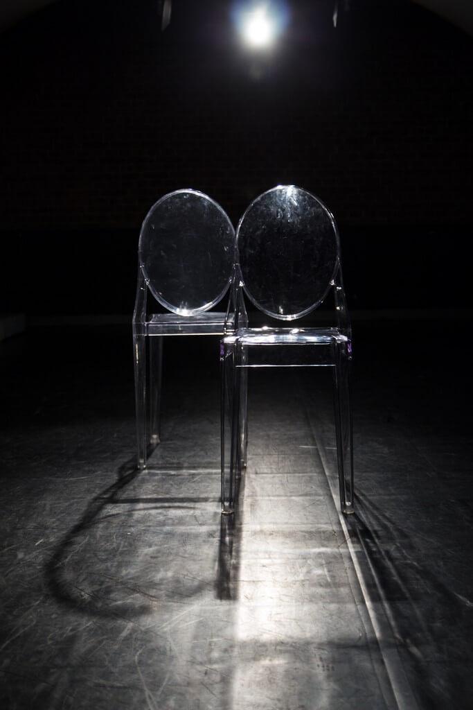 Zdjecie do spektaklu Batszeba. Dwa przezroczyste, plastikowe krzesełka.