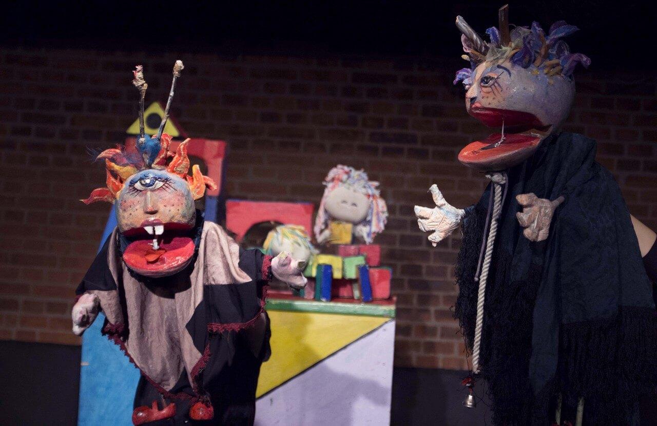Zdjęcie ze spektaklu Braciszek i siostrzyczka. Przedstawia lalki - czarownice. matke i córkę.