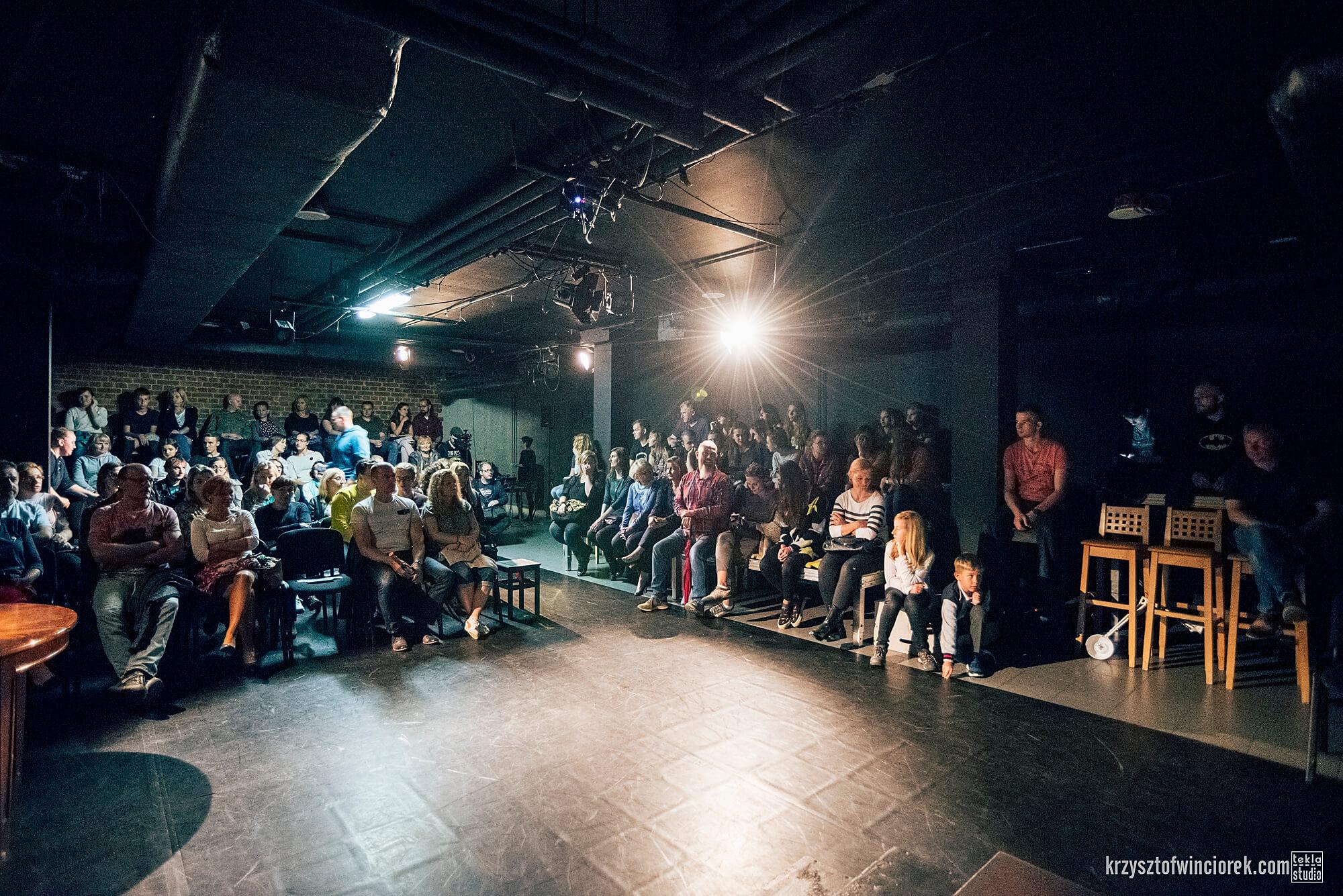 Zdjęcie z festiwalu Pociąg do miasta. Publicznosc siedząca na widowni teatralnej.