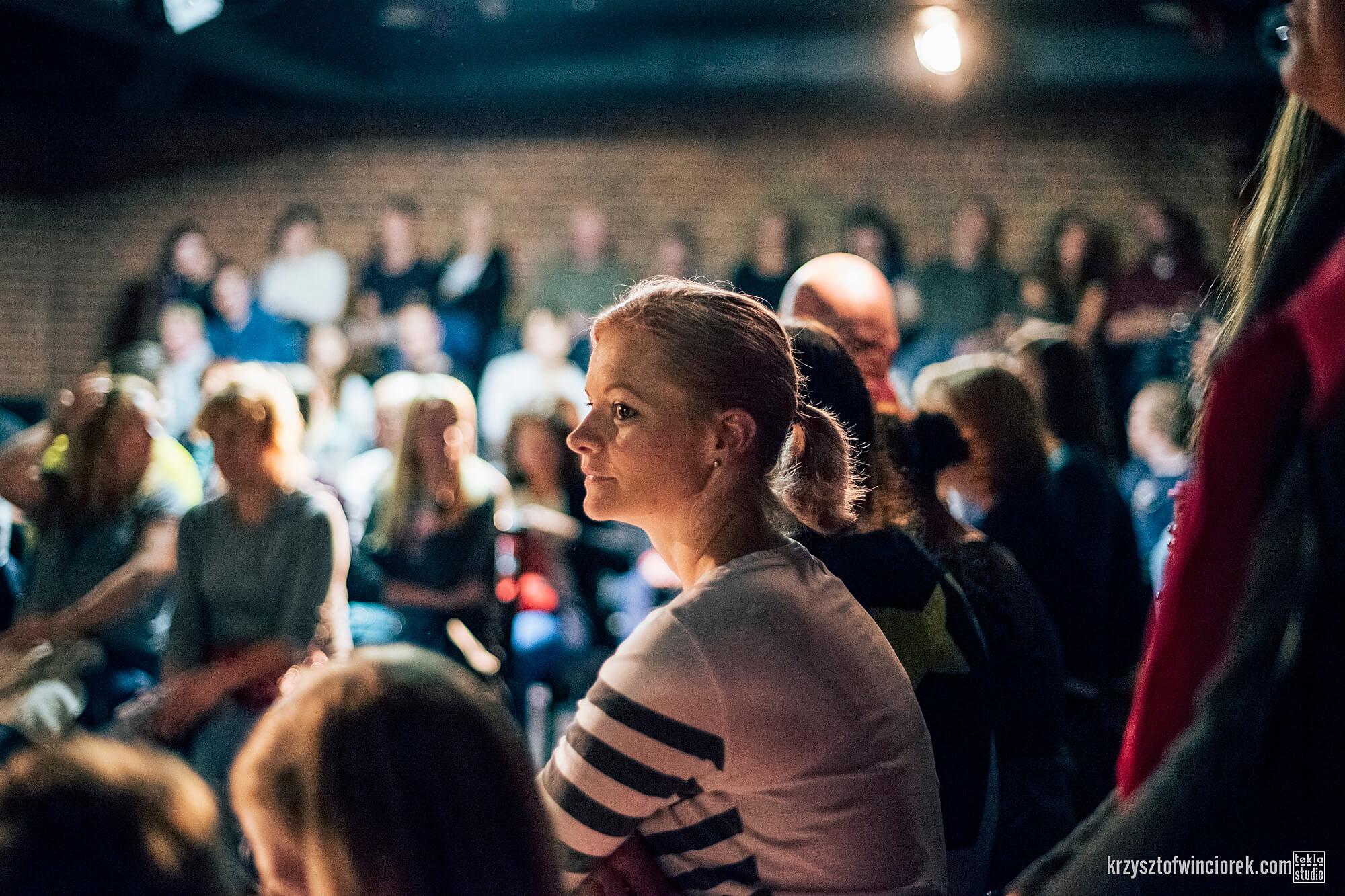 Zdjęcie z festiwalu Pociąg do miasta. Zbliżenie na jedną z uczestniczek siedzących na widowni.