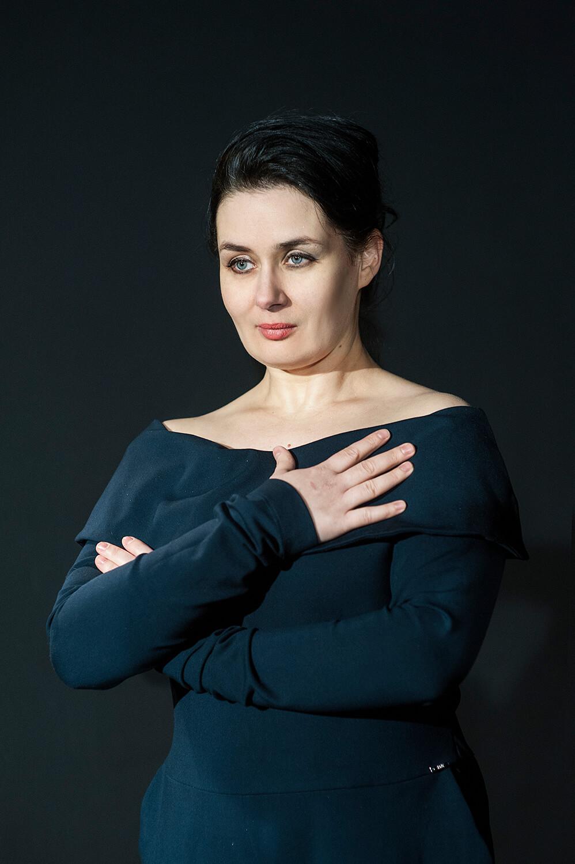 Zdjęcie do spektaklu od wesela do wesela. Portret. Aktorka o czarnych włosach i w granatowej sukience.