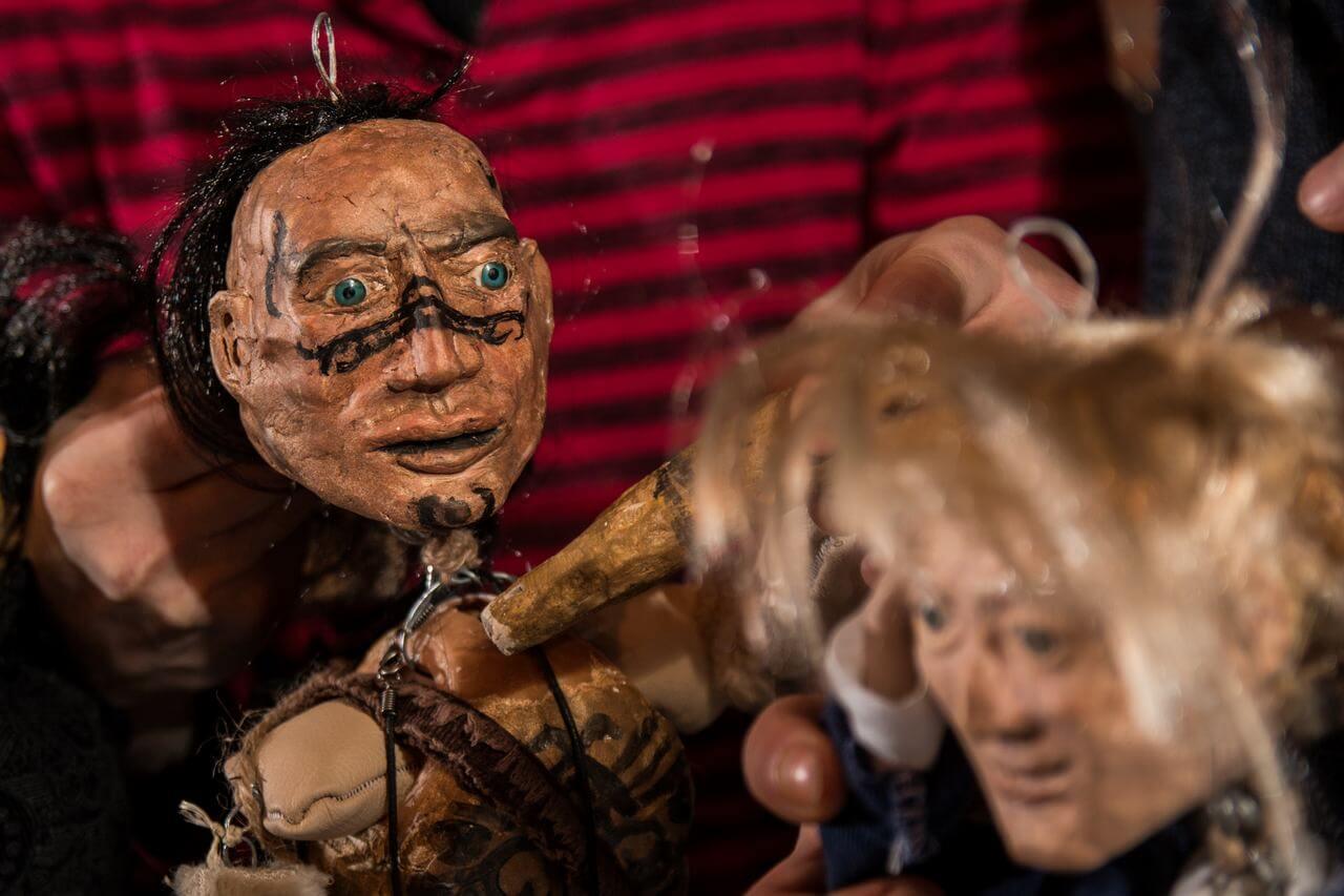 Zdjęcie do spektaklu Dzielny Kapitan Ahab. Dwie lalki w duzym zbliżeniu. jedna pokazuje wojownika oraz chłopca o blond włosach.