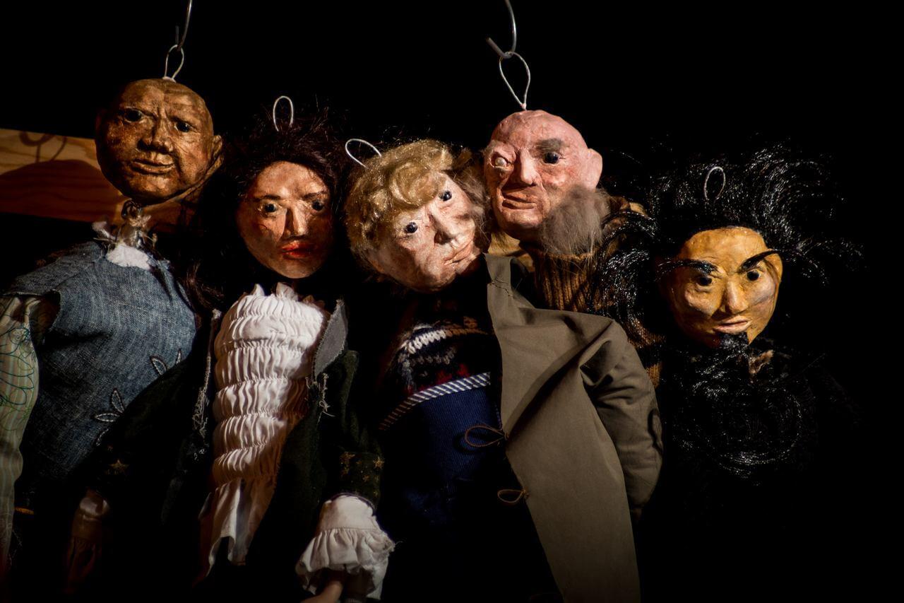 Zdjęcie ze spektaklu Dzielny Kapitan Ahab. Przedsatwia pięć lalek ze spektaklu w duzym zbliżeniu.