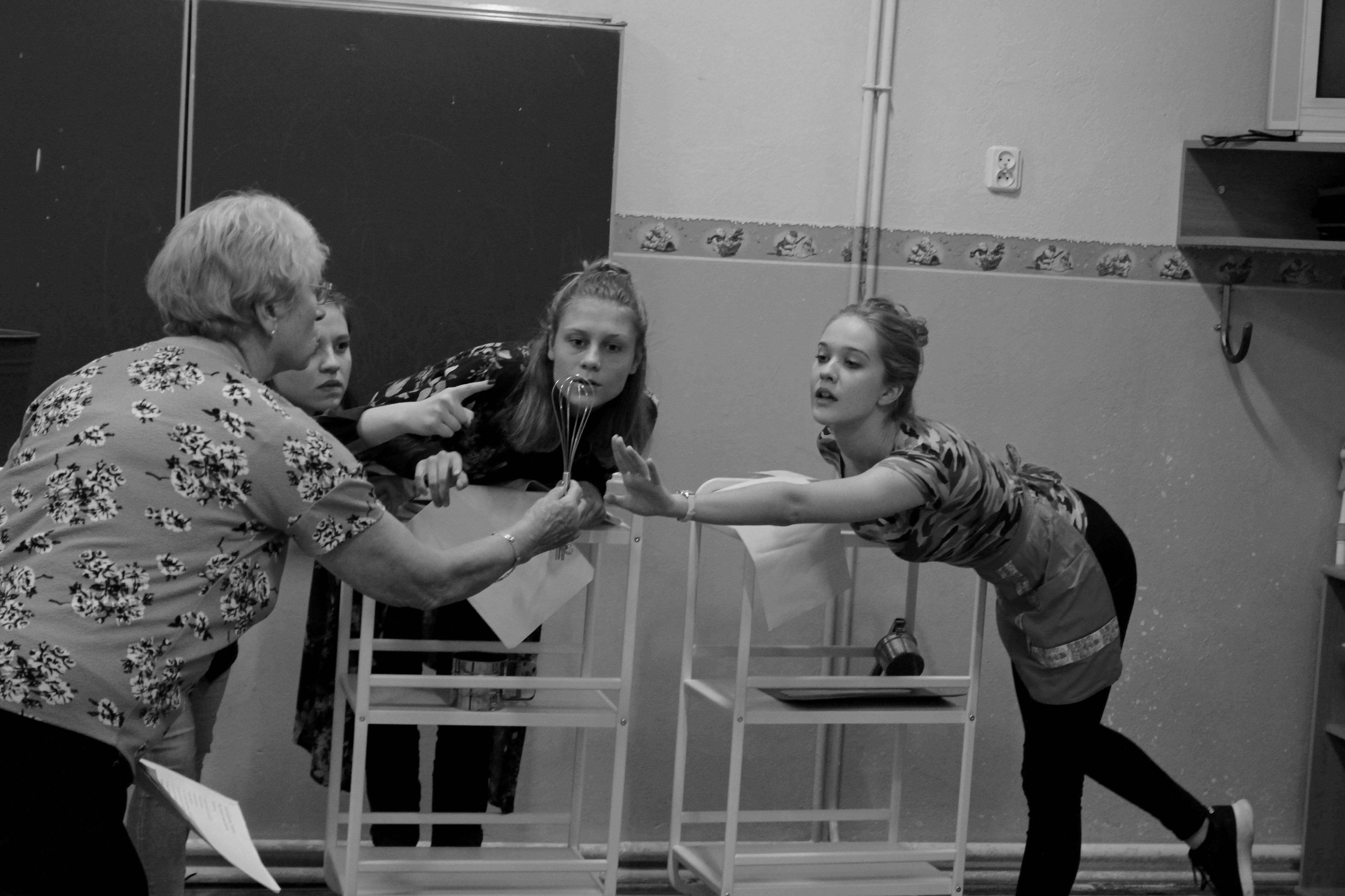 zdjęcie z projektu Dzwięczące wieżowce. Cztery aktorki pochylają się do mieszadełka od miksera, trzymanego przez jedną z nich.