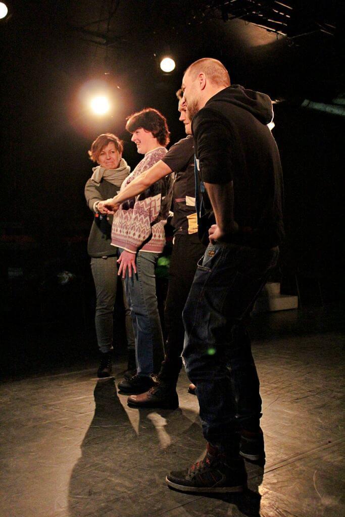Zdjęcie z projektu Kulturalny Utrecht. Na zdjęciu grupa uczestników w róznym wieku podczas ćwiczeń.