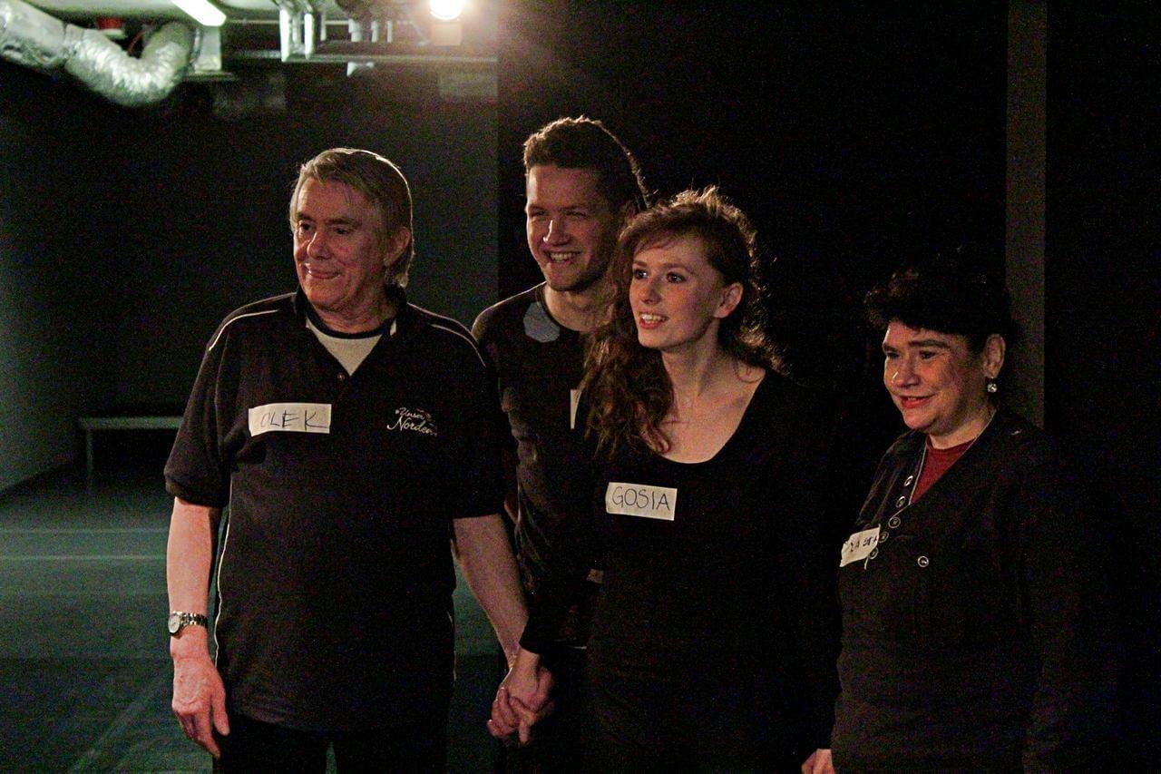 Zdjęcie z projektu Kulturalny Utrecht. Czwórka uczestników stoi obok siebie i się uśmiecha.