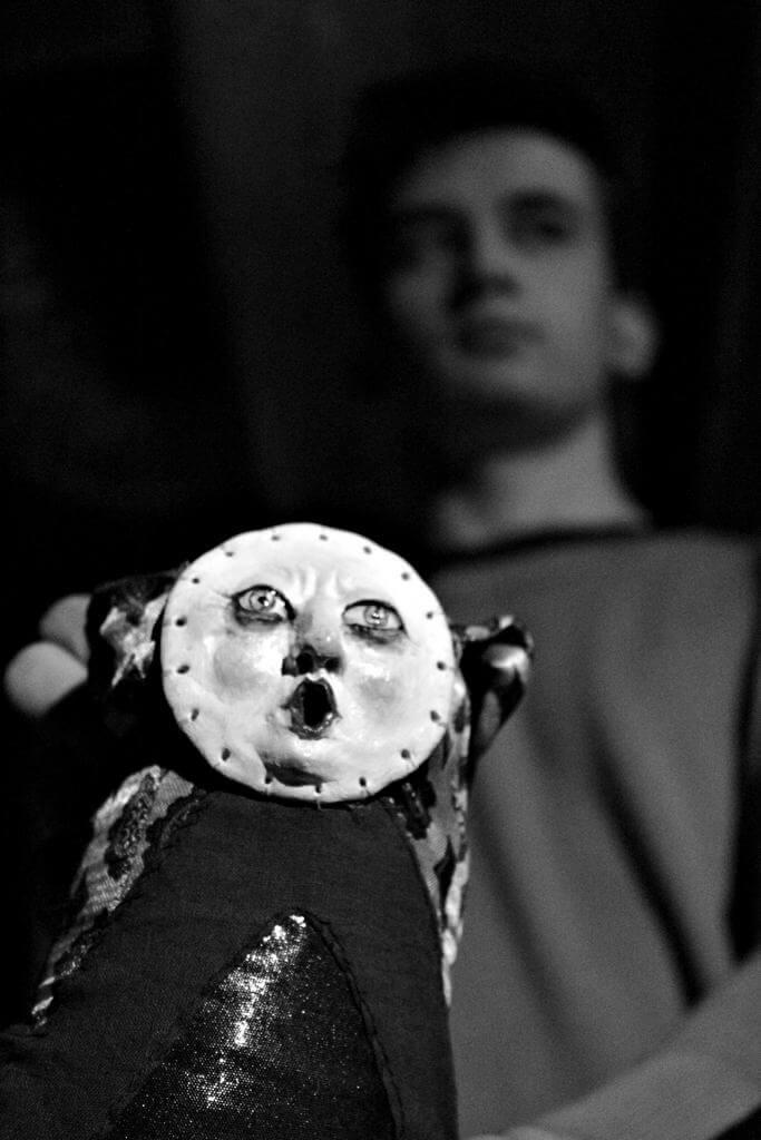 Zdjecie do spektaklu Abecadło. Na zdjęciu lalka z okragłą twarzą.