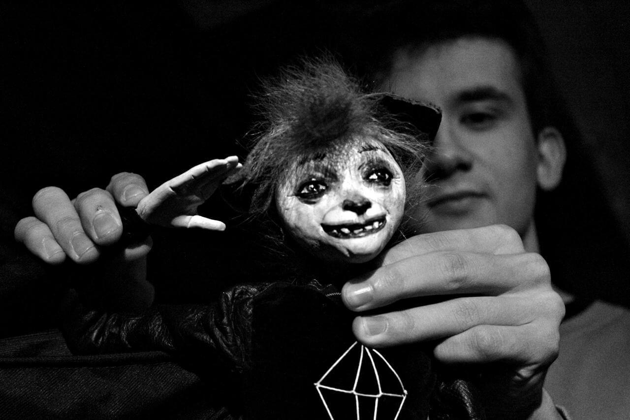 Zdjecie do spektaklu Abecadło. Na zdjęciu lalka - nietoperz.