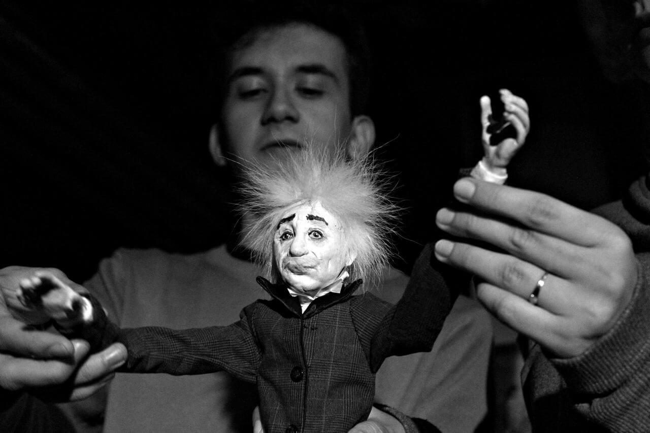 Zdjecie do spektaklu Abecadło. Na zdjęciu aktor animuje lalkę - Alberta Einsteina.