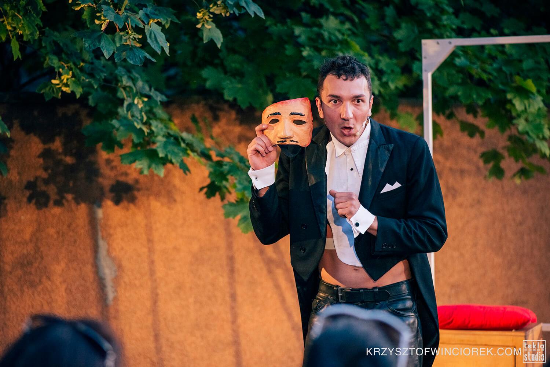 Zdjęcie ze spektaklu Pan Kot. Aktor we fraku trzyma w ręce maskę w stylu komedii del'arte.
