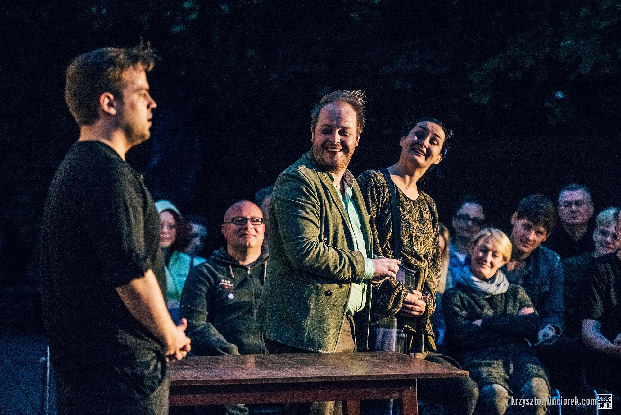 Zdjęcie z festiwalu Pociąg do miasta. Trójka aktorów. Dwoje usmiecha się do trzeciego. W tle widać siedzącą widownię.