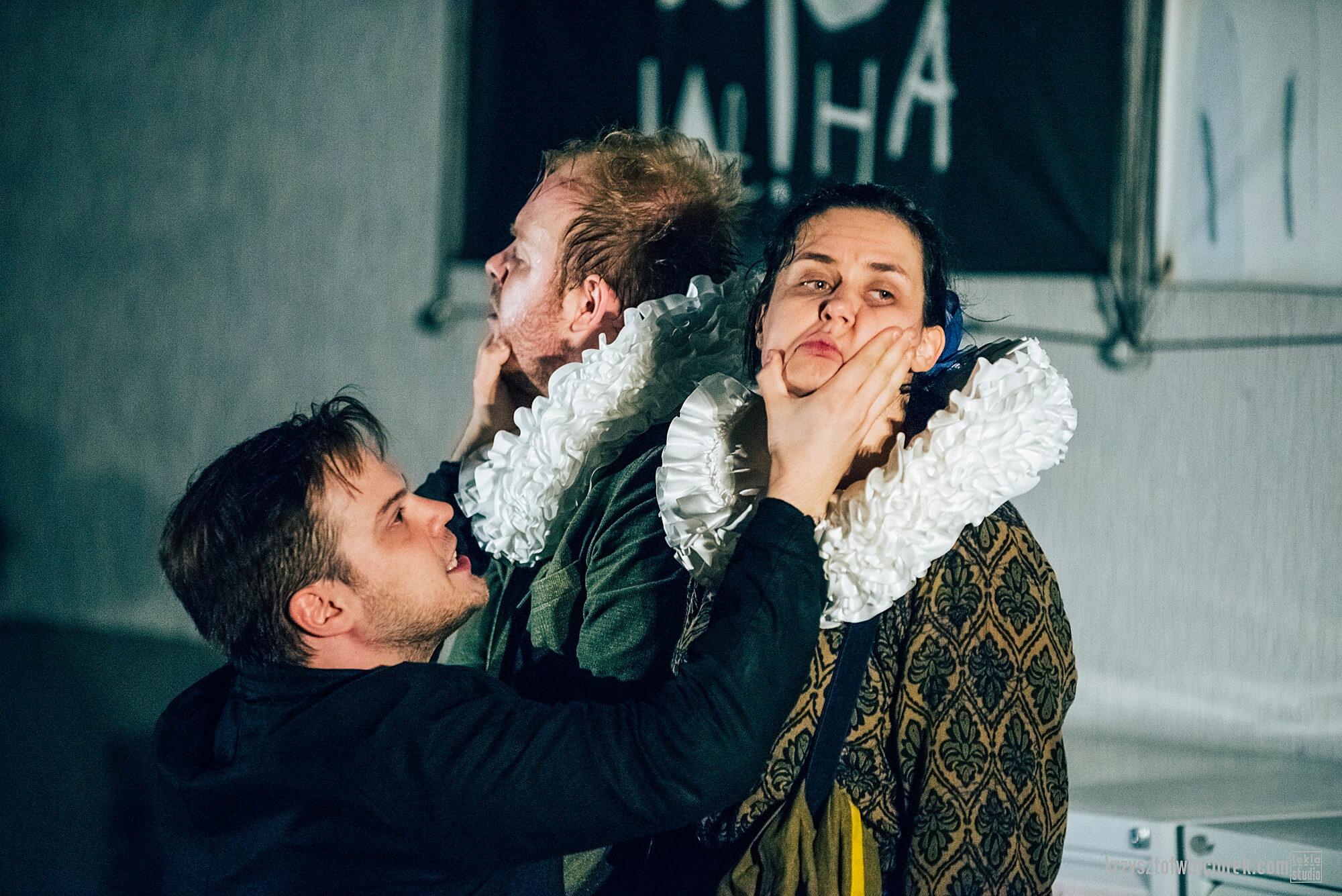 Zdjęcie z festiwalu Pociąg do miasta. Trójka aktorów. Mężczyzna trzyma kobietę i drugiego mężczyznę za twarz.