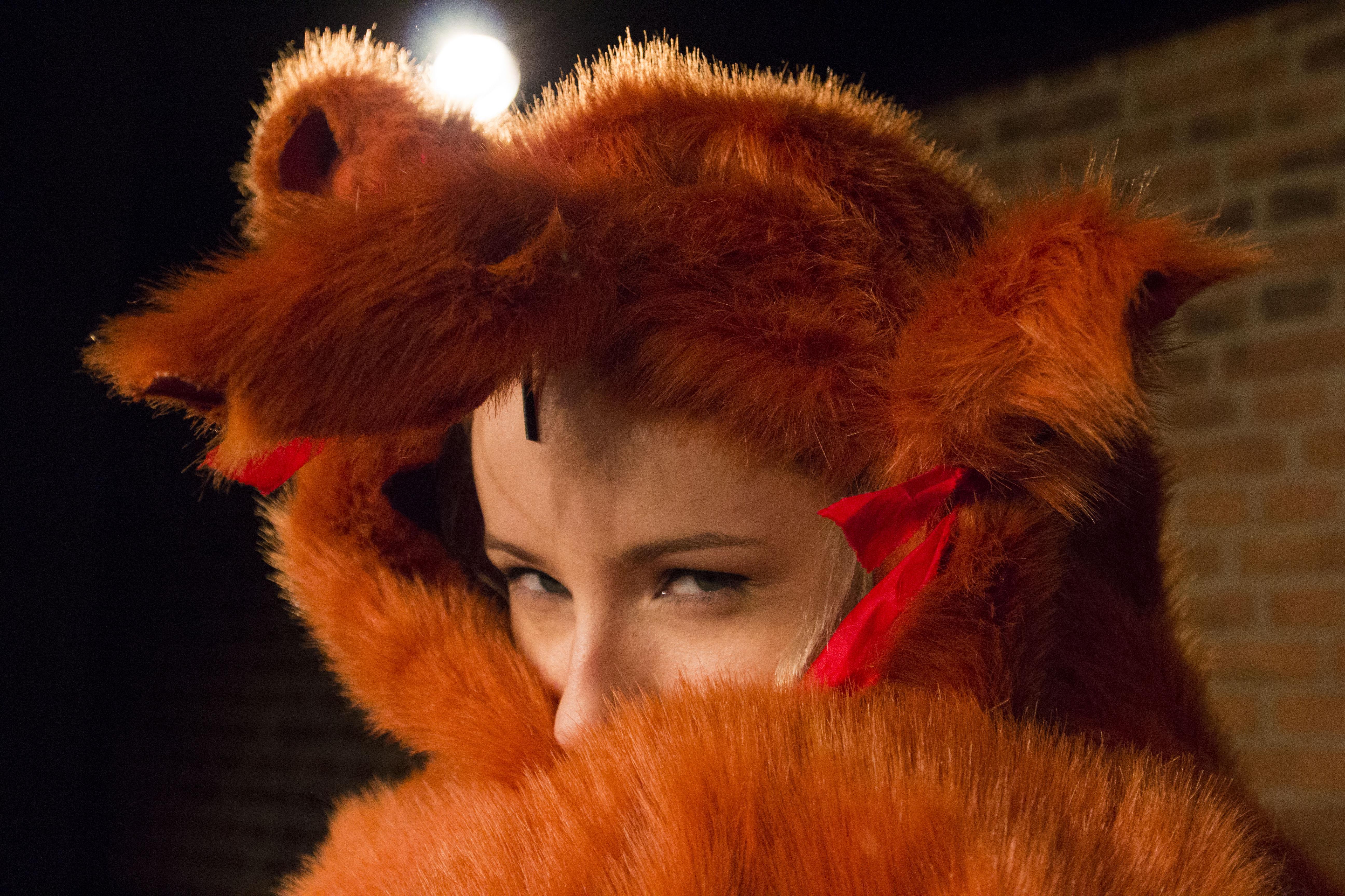 Zdjęcie ze spektaklu Tymoteusz Rym Cim Cim. Twarz aktorki owinieta rudym futrem imitująca przebranie lisa.