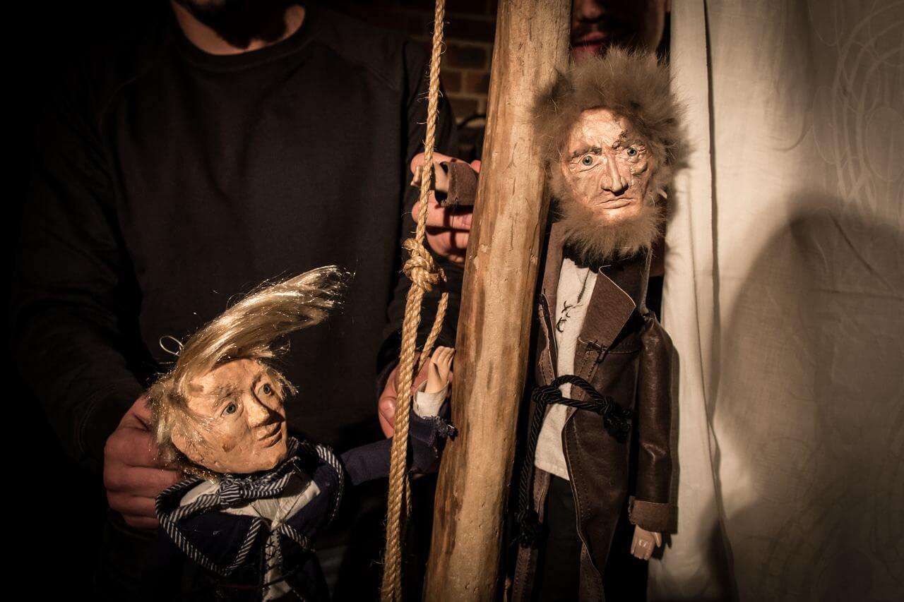 Zdjęcie do spektaklu Dzielny Kapitan Ahab. Pokazuje dwie lalki kapitana oraz młodzieńca stojących przy maszcie statku.