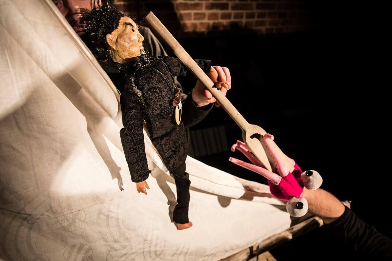 Zdjęcie do spektaklu Dzielny Kapitan Ahab. Pokazuję lalkę chińczyka z wiosłem którego atakuje różowa ośmiornica.