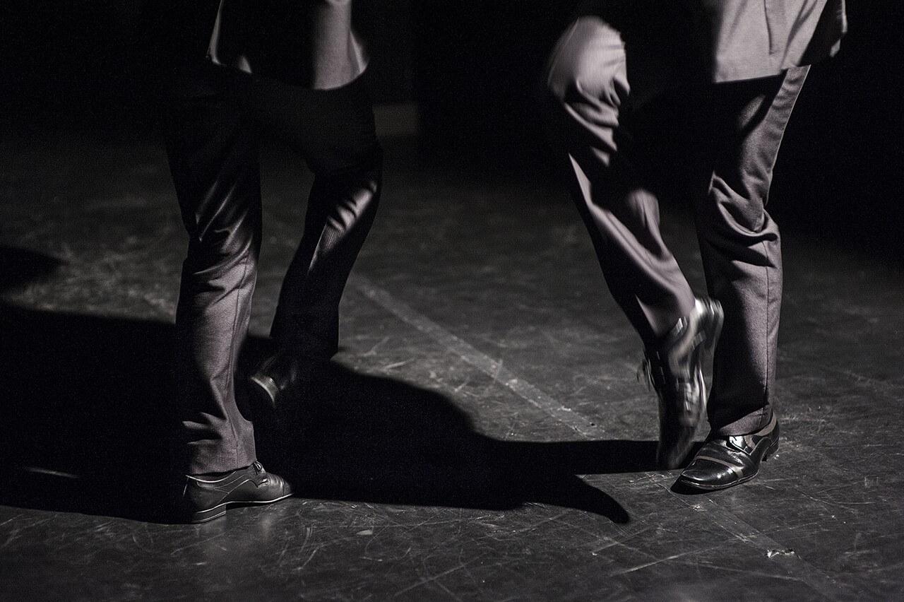 Zdjęcie ze spektaklu Without Music I Am Nothing. Widac tylko nogi dwóch tancerzy w tańcu.