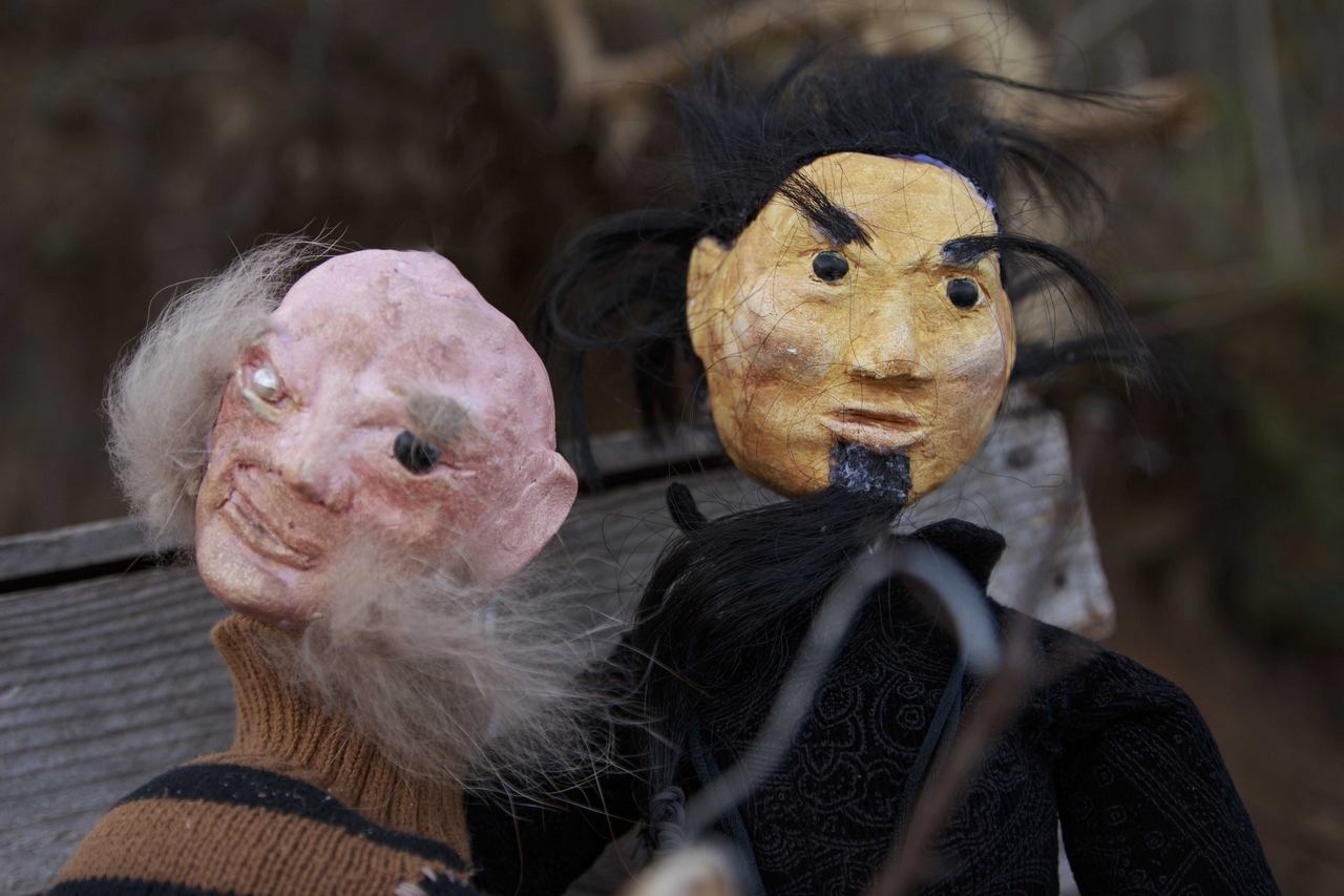 Zdjęcie do spektaklu Dzielny Kapitan Ahab. Pokazuje dwie lalki łysego mężczyzny bez oka i z bokobrodami oraz chińczyka.