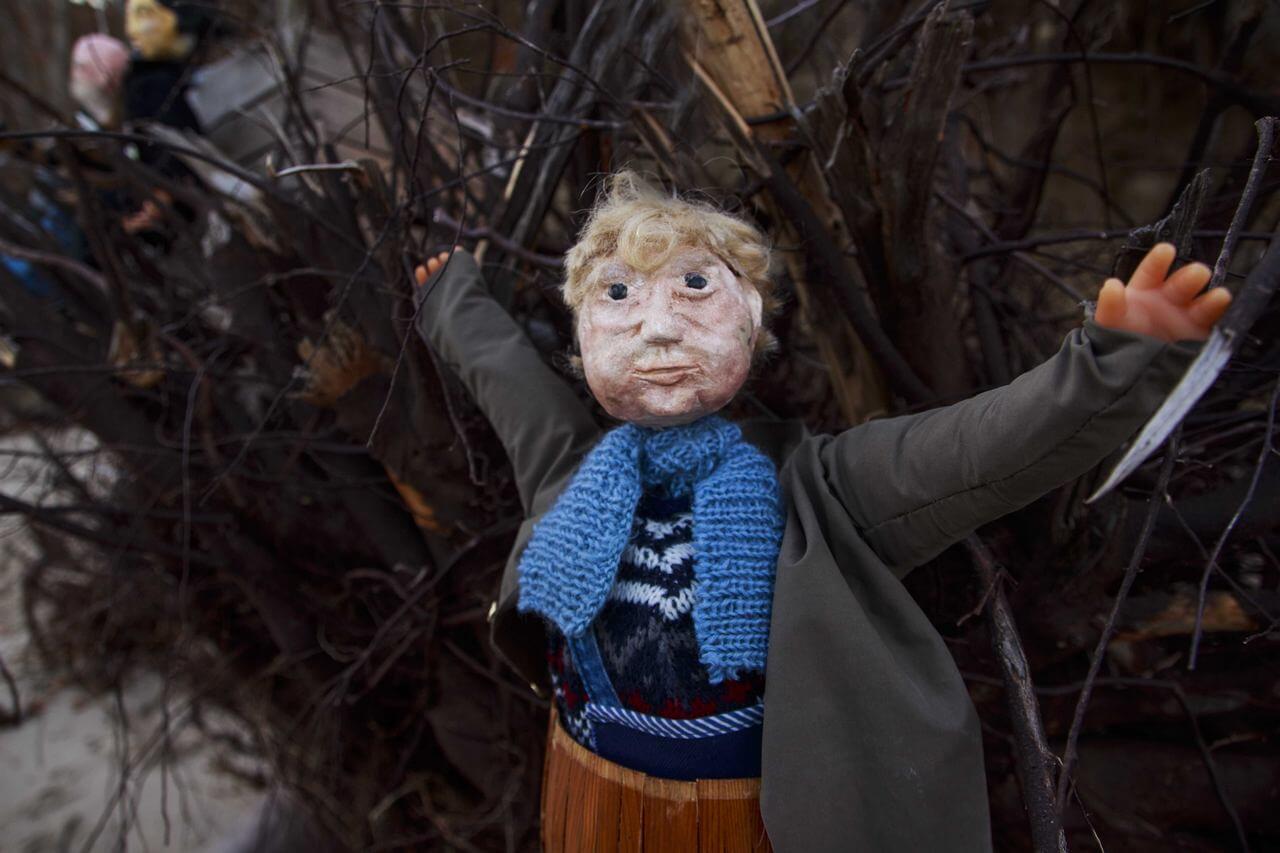 Zdjęcie do spektaklu Dzielny Kapitan Ahab. Pokazuje lalkę grubszej postaci, ubranej w zielony płaszcz oraz niebieski szalik. Postać siedzi w beczce.
