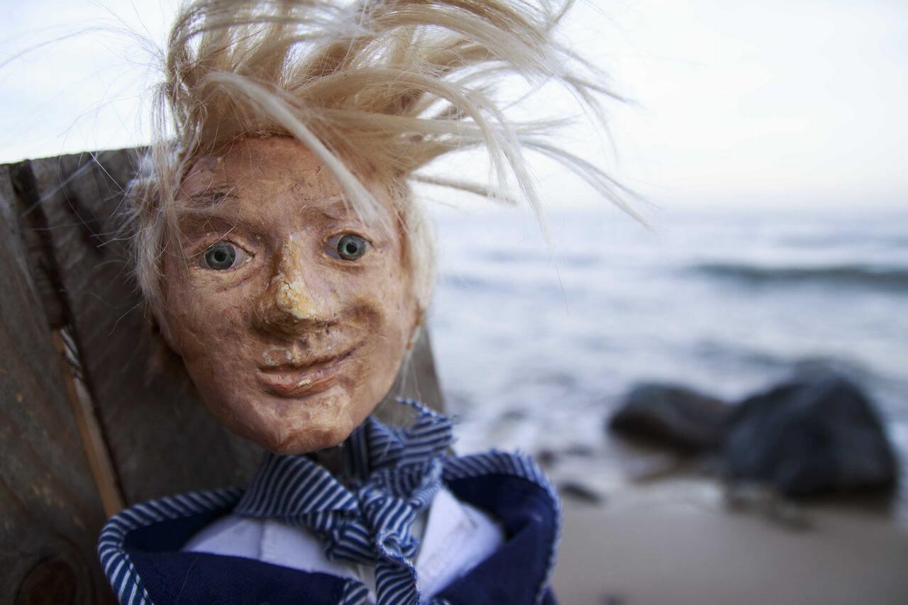 Zdjęcie do spektaklu Dzielny Kapitan Ahab. Duże zbliżenie na twarz lalki - chłopca o potarganych bląd włosach