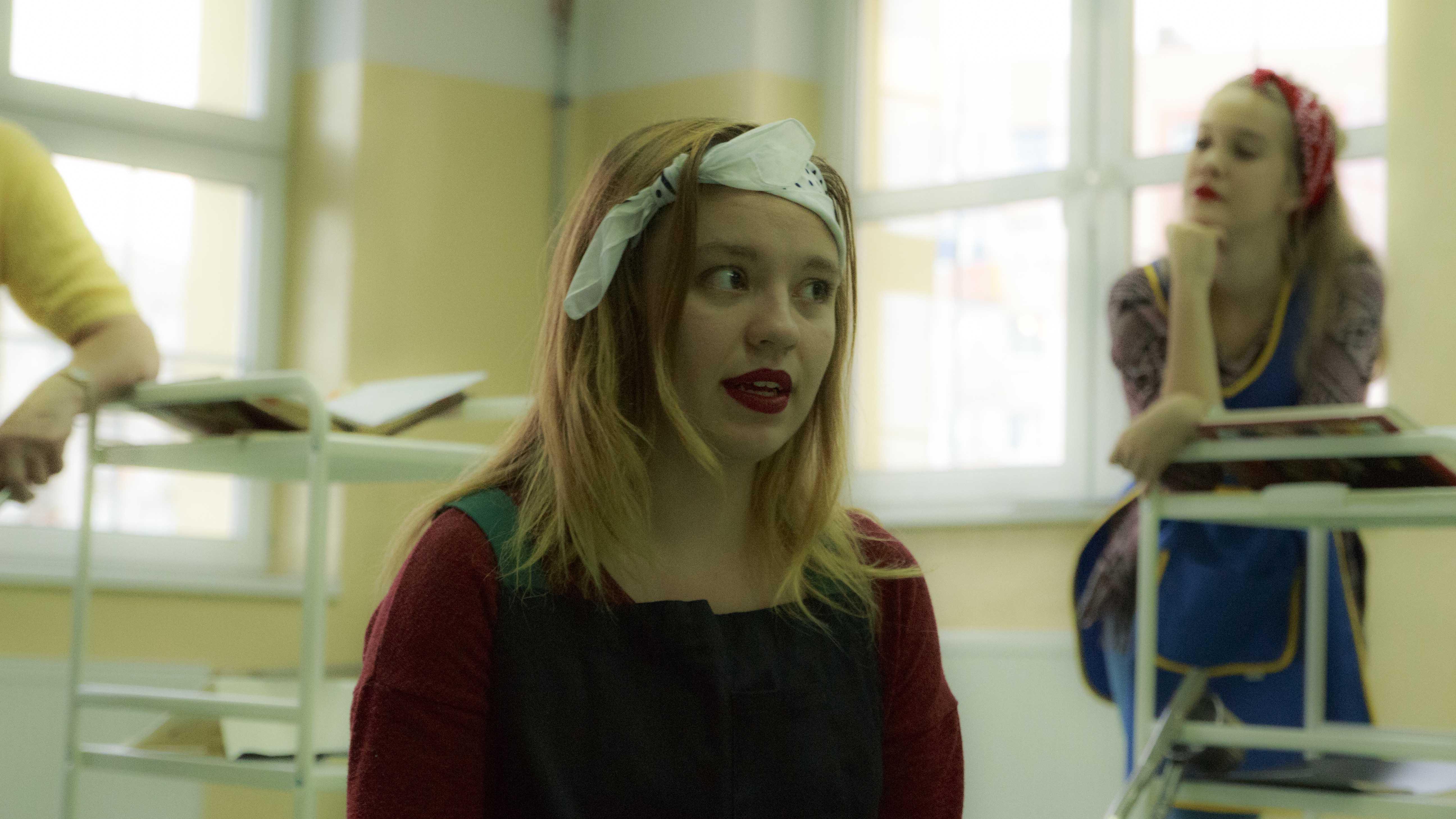 zdjęcie z projektu Dzwięczące wieżowce. Aktorka, blondynka z białą chustą zawiazaną na czole.