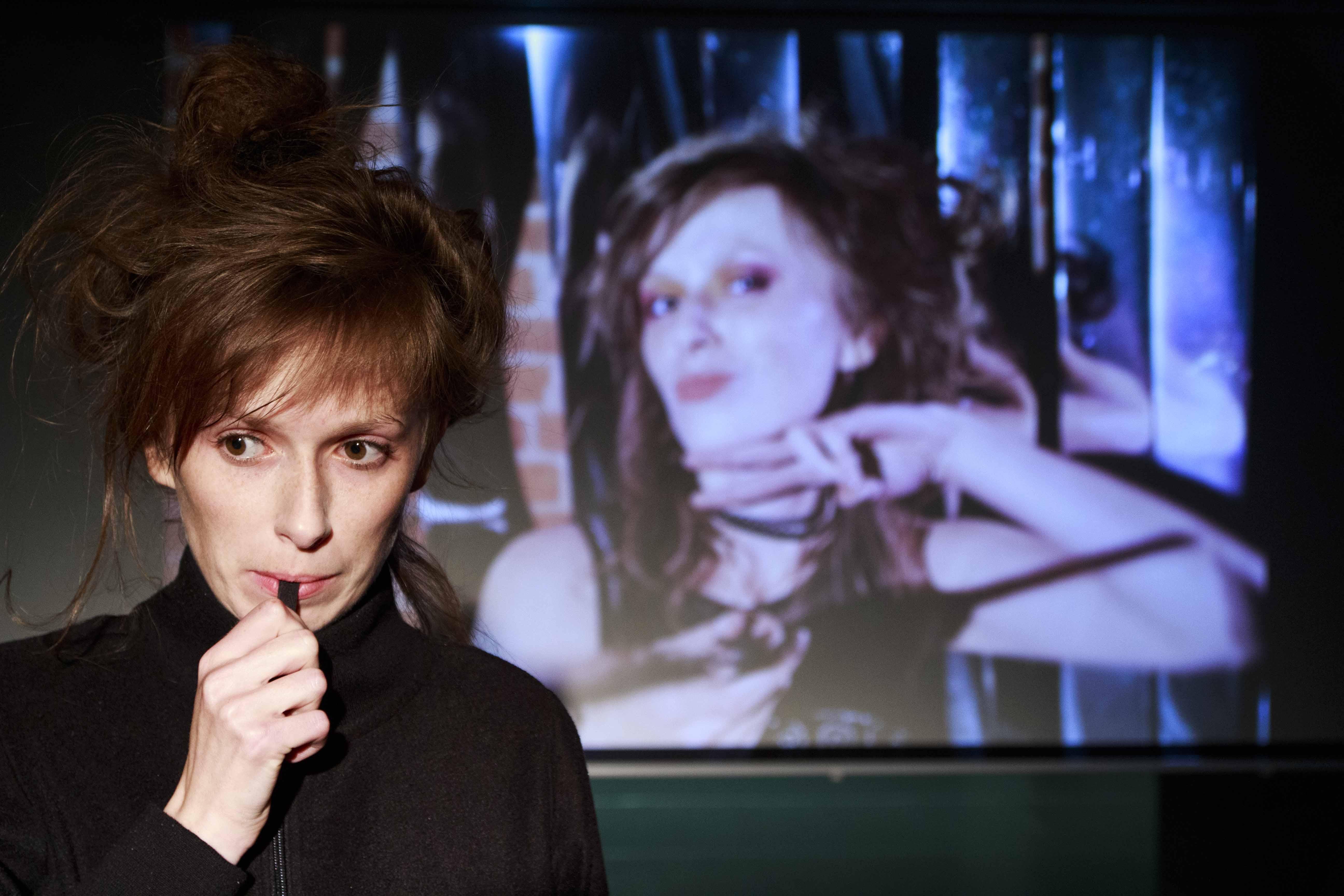 Aktorka o rudych włosach trzyma przy ustach długopis. W tle zdjęciej tej samej aktorki.